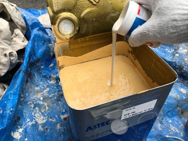 上塗り缶に防カビ剤投入します
