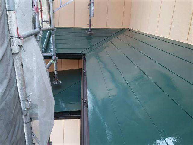 屋根の中塗りです。