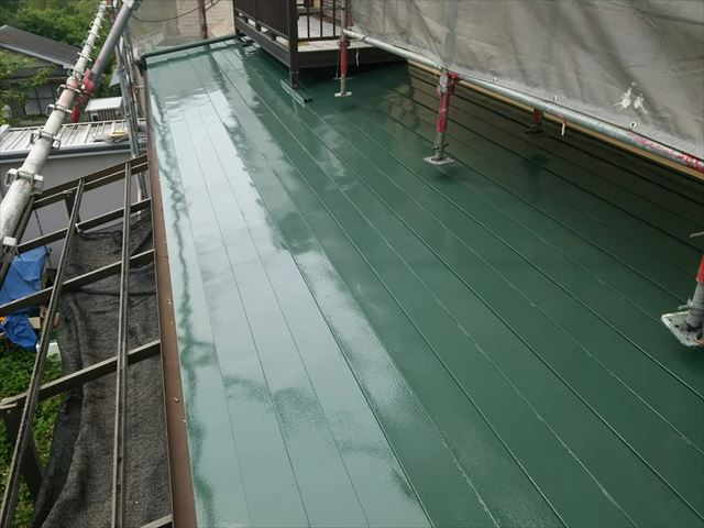 屋根の上塗り完了です。