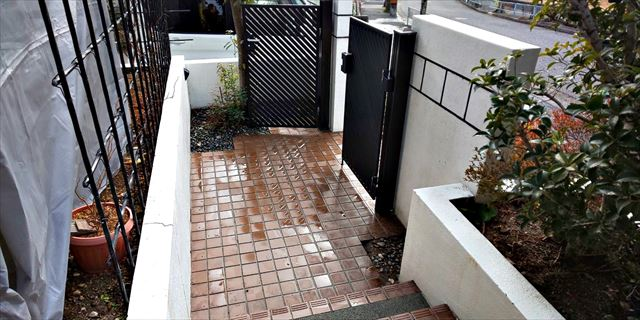 玄関アプローチの洗浄です