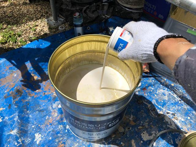 上塗り缶に防カビ剤を投入しました