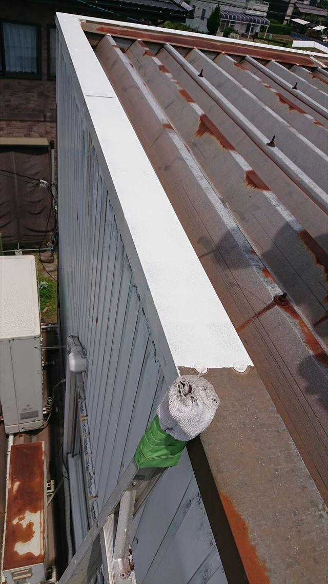 折半屋根の下塗り塗装です