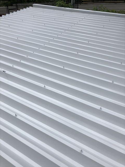 折半屋根の中塗り塗装です