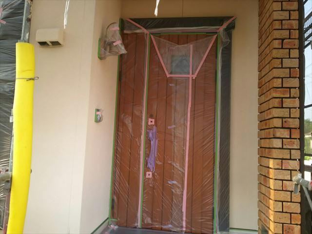玄関ドアの養生です