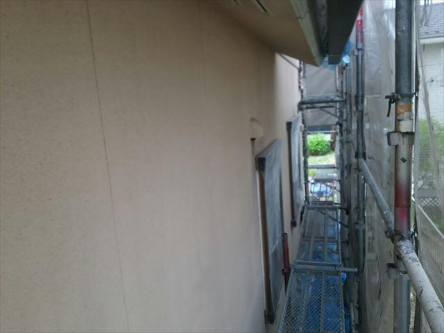 外壁に下塗り1回目です