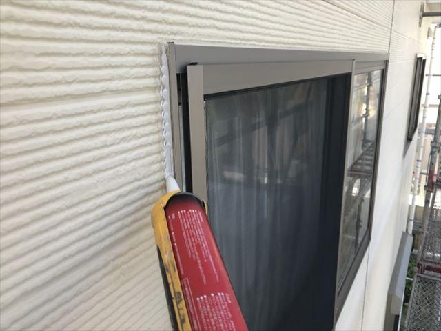窓枠周りのコーキング補修