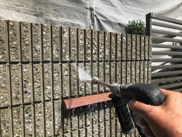 ブロック塀の洗浄です。