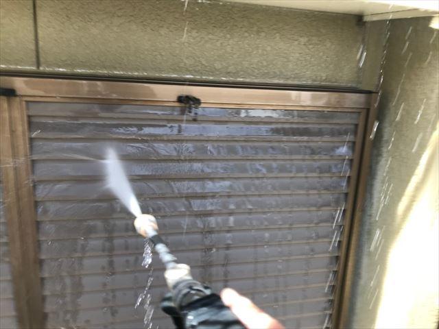 瀬戸市、雨戸の洗浄です