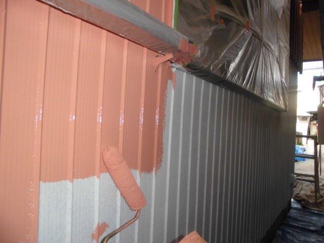 トタン壁の中塗りです