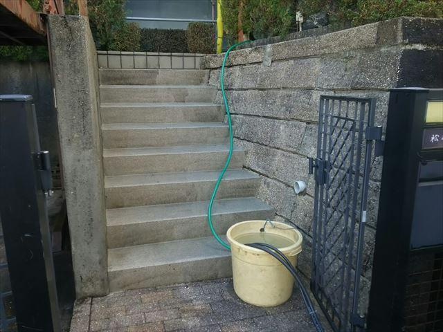 玄関前、階段の洗浄です