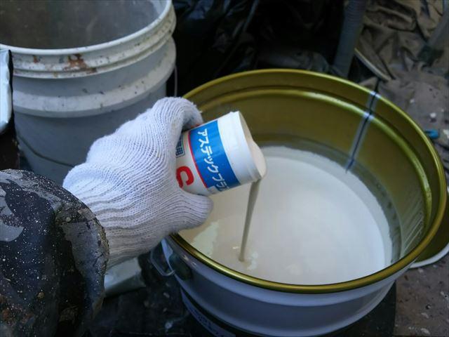 上塗り缶に防カビ剤を投入