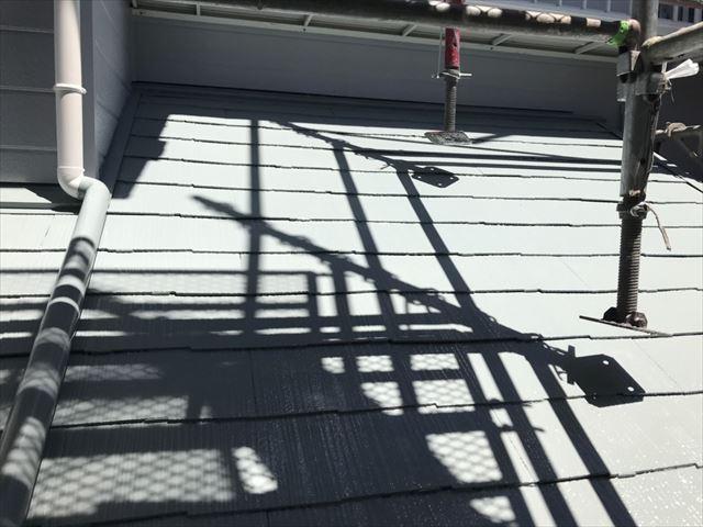 下屋根の中塗り塗装です