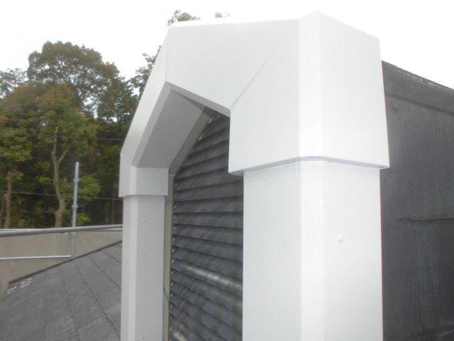 屋根の換気口の塗装です