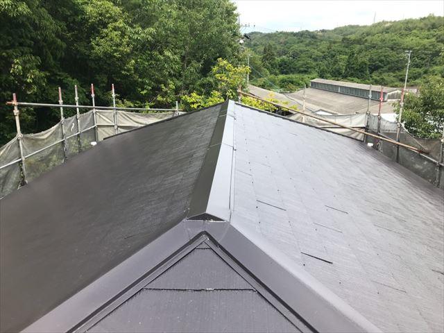 屋根の中塗り塗装です