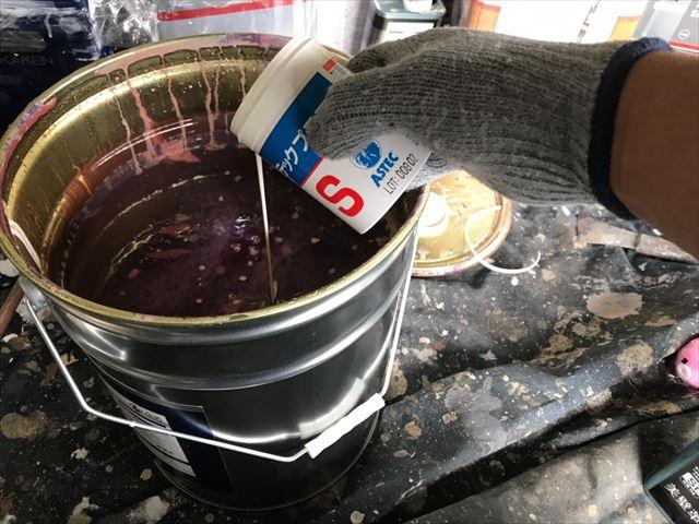 外壁の上塗り缶に防カビ剤を投入