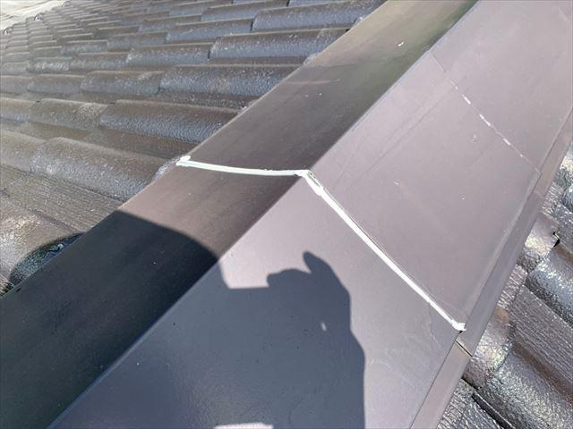 屋根棟板金に継ぎ目のコーキング補修