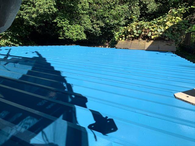 折板屋根の中塗り塗装