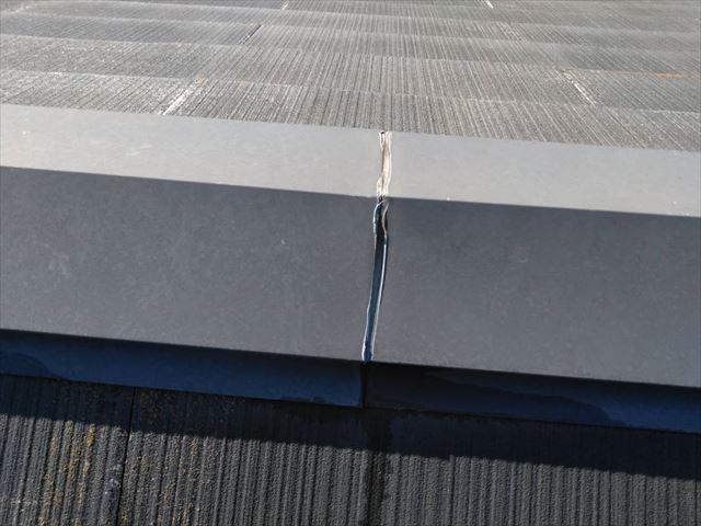 屋根の棟板金の隙間です