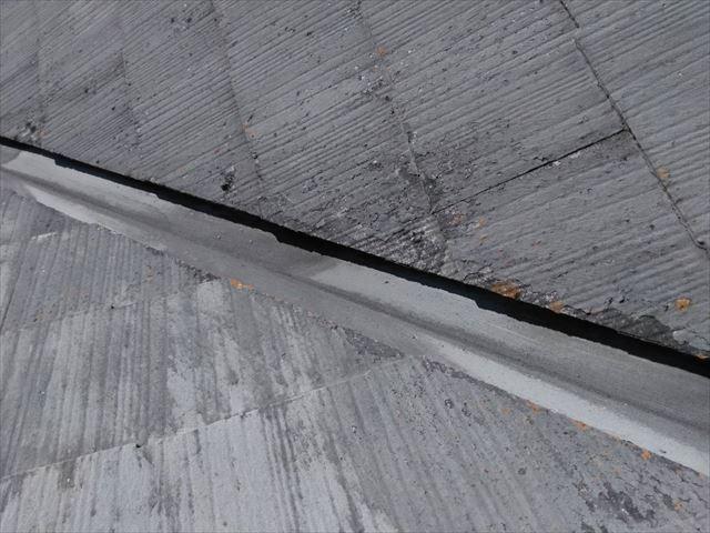 屋根材のひび割れです