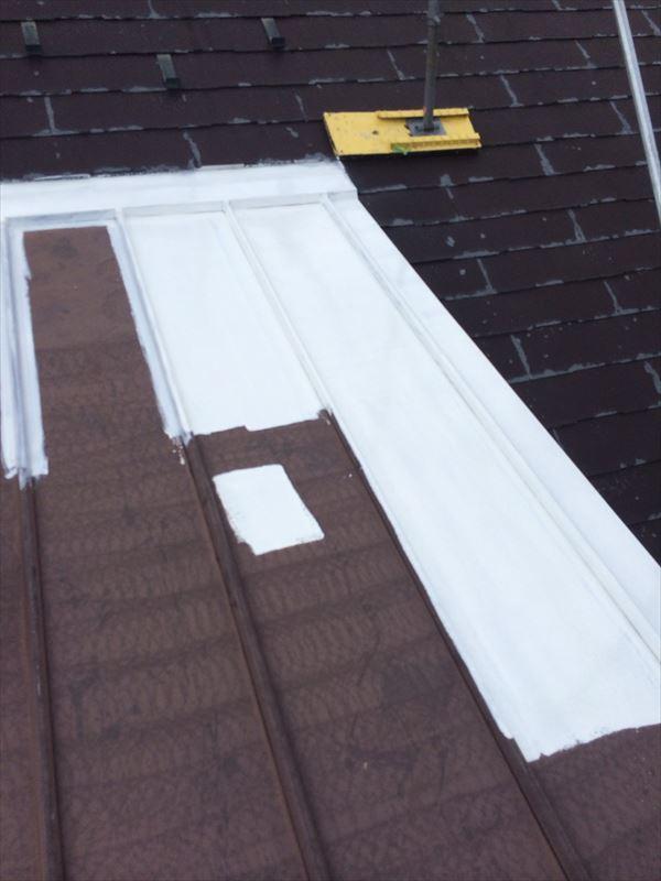 春日井市、屋根の下塗り