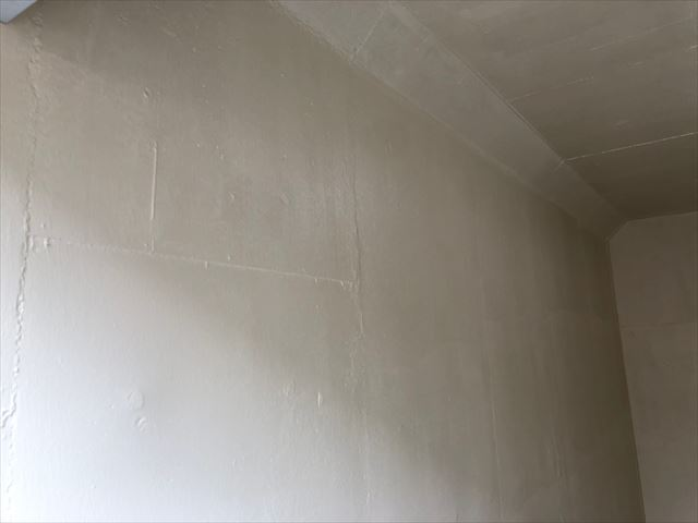 車庫内の下塗り塗装です