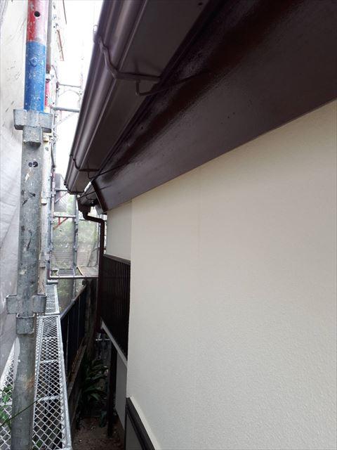 軒樋の塗装です