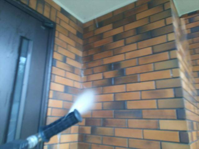 玄関の外壁の洗浄です