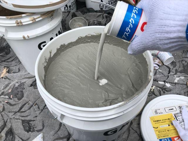 上塗り缶に防カビ剤を投入します