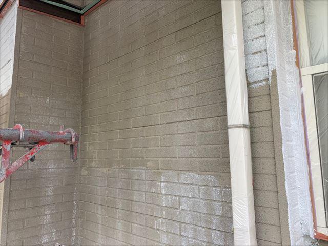 外壁の下塗りです