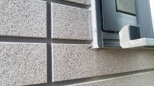 窓枠かどの外壁隙間