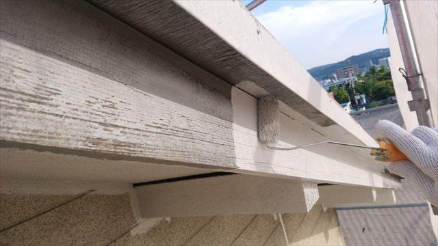 春日井市、破風板の下塗り