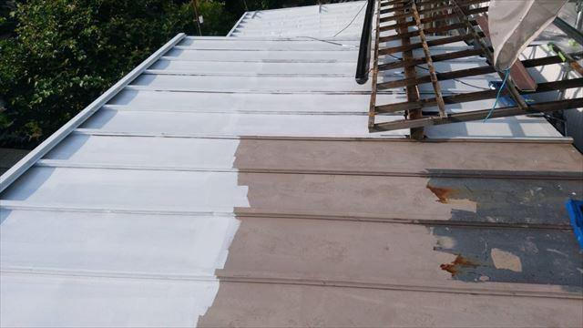 トタン屋根の下塗り塗装です
