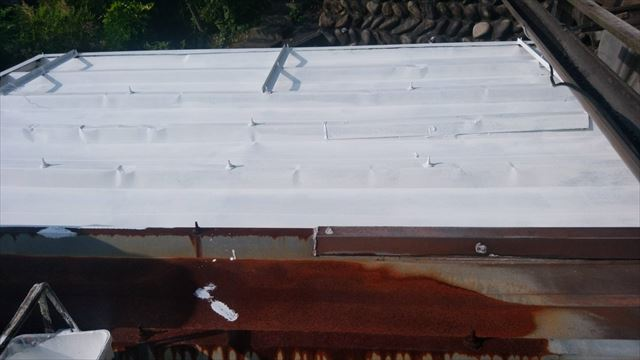 トタン屋根の下塗り塗装、完了