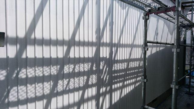 トタン壁の下塗り