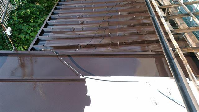 トタン屋根の中塗り塗装です