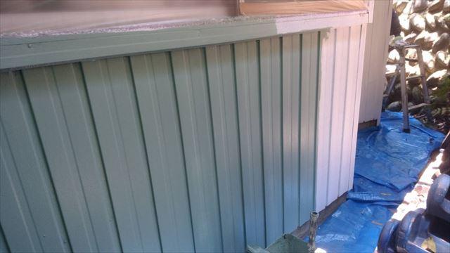 トタン外壁の中塗り塗装です