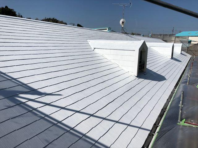 屋根の下塗り完了です
