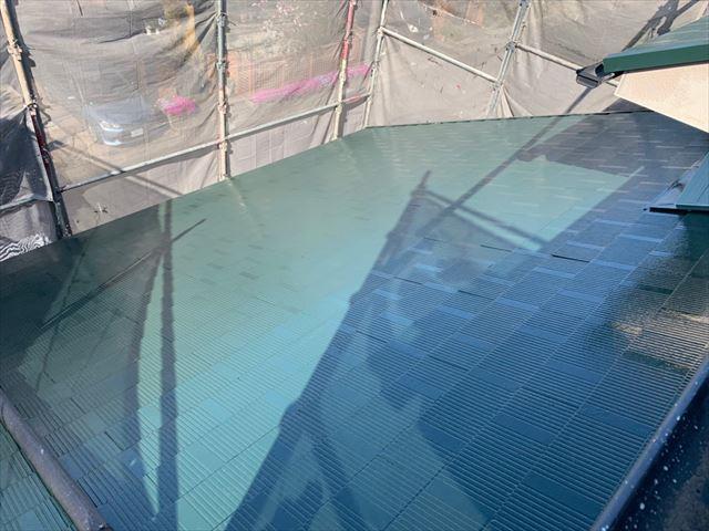 屋根の中塗り塗装