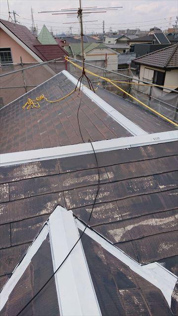 屋根の棟板金の下塗りです