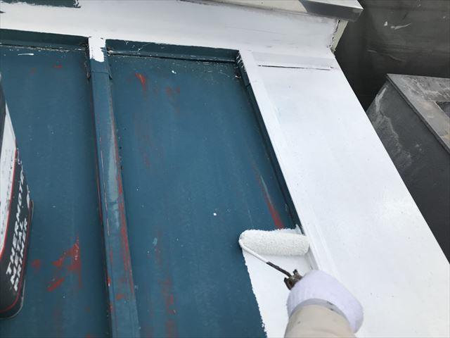 春日井市、トタン壁の下塗り