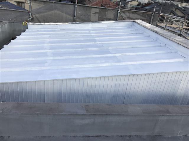 春日井市、トタン屋根の下塗り