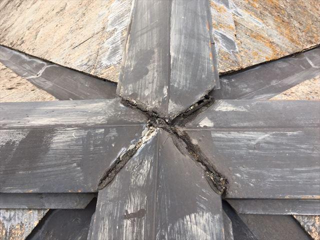 屋根の棟板金の隙間があります