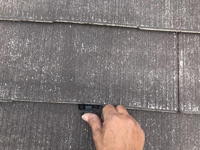 小牧市掛割町で、軒天の塗装と屋根の縁切り部材取り付けしました