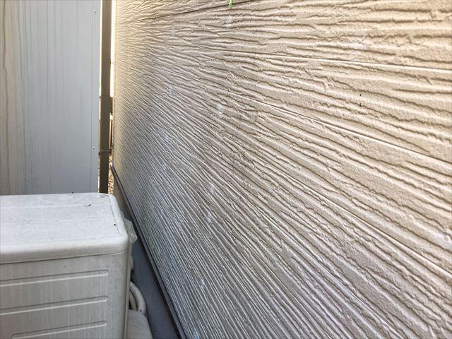 外壁が湿気を帯びています
