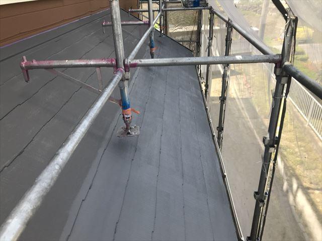 下屋根の上塗り塗装です