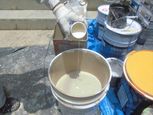外壁の上塗り、防カビ剤投入