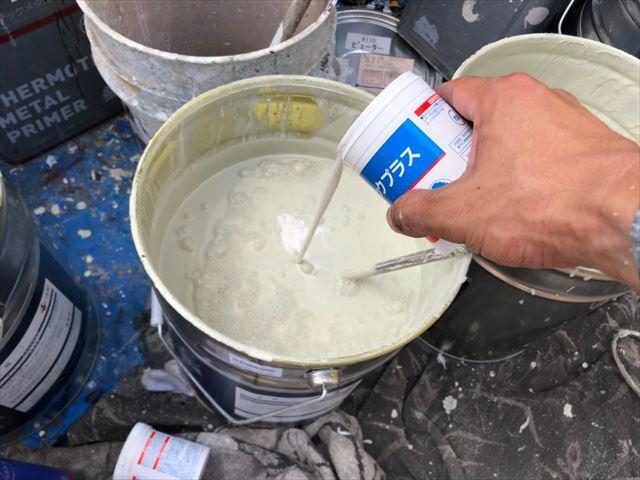 外壁の上塗り塗料缶に防カビ剤投入します